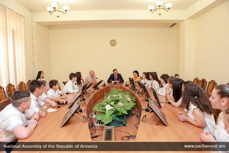 Խորհրդարանի հյուրերն էին Վանաձորի թիվ 6 հիմնական դպրոցի աշակերտները